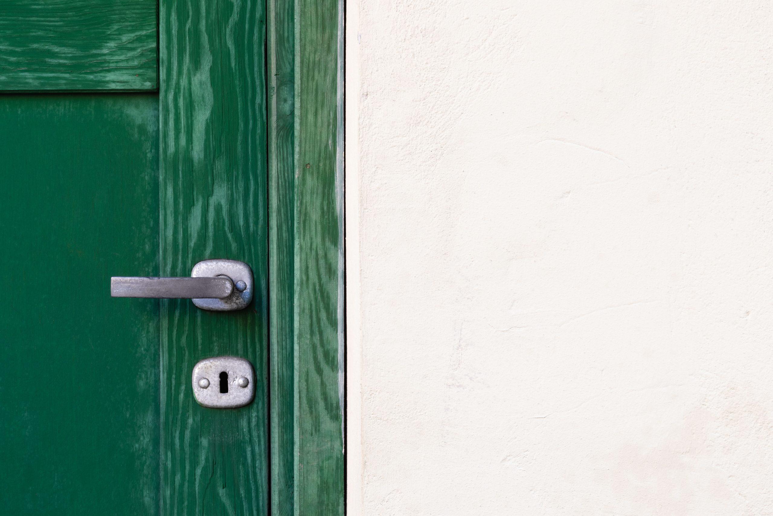 Een piepende deur verhelpen binnen enkele minuten met middelen die je huis hebt